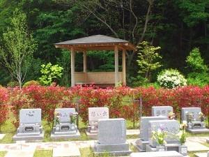 芝生墓地と東屋